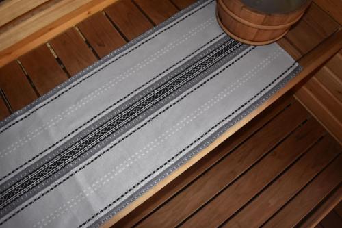 Kaihlalahti Clothing Uusi Suomussalmi -kuosinen pitkä liina pienellä kuviolla saunatekstiilinä